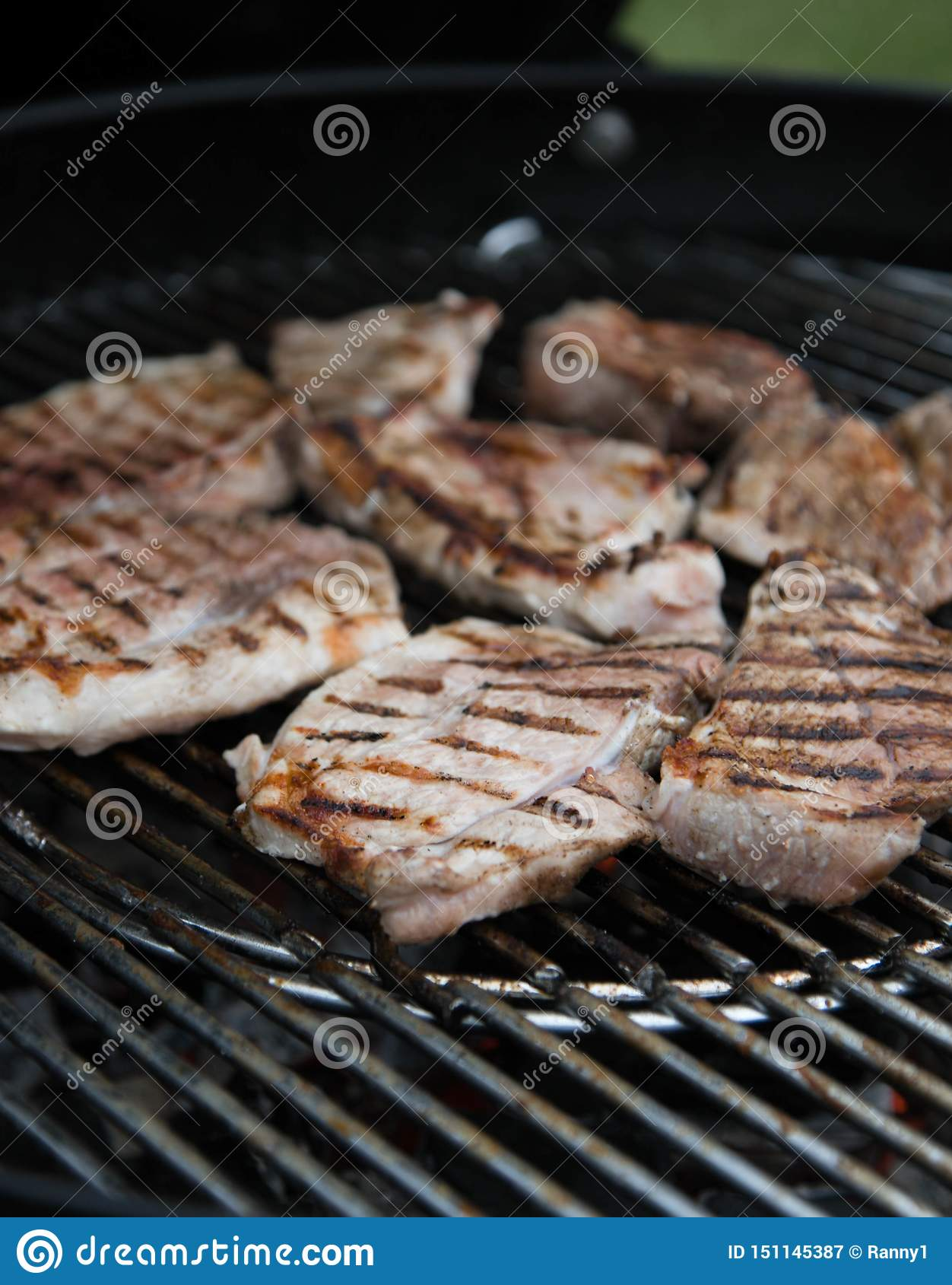 烤肉牛排,用卤汁泡的肉片在格栅被烤 ??