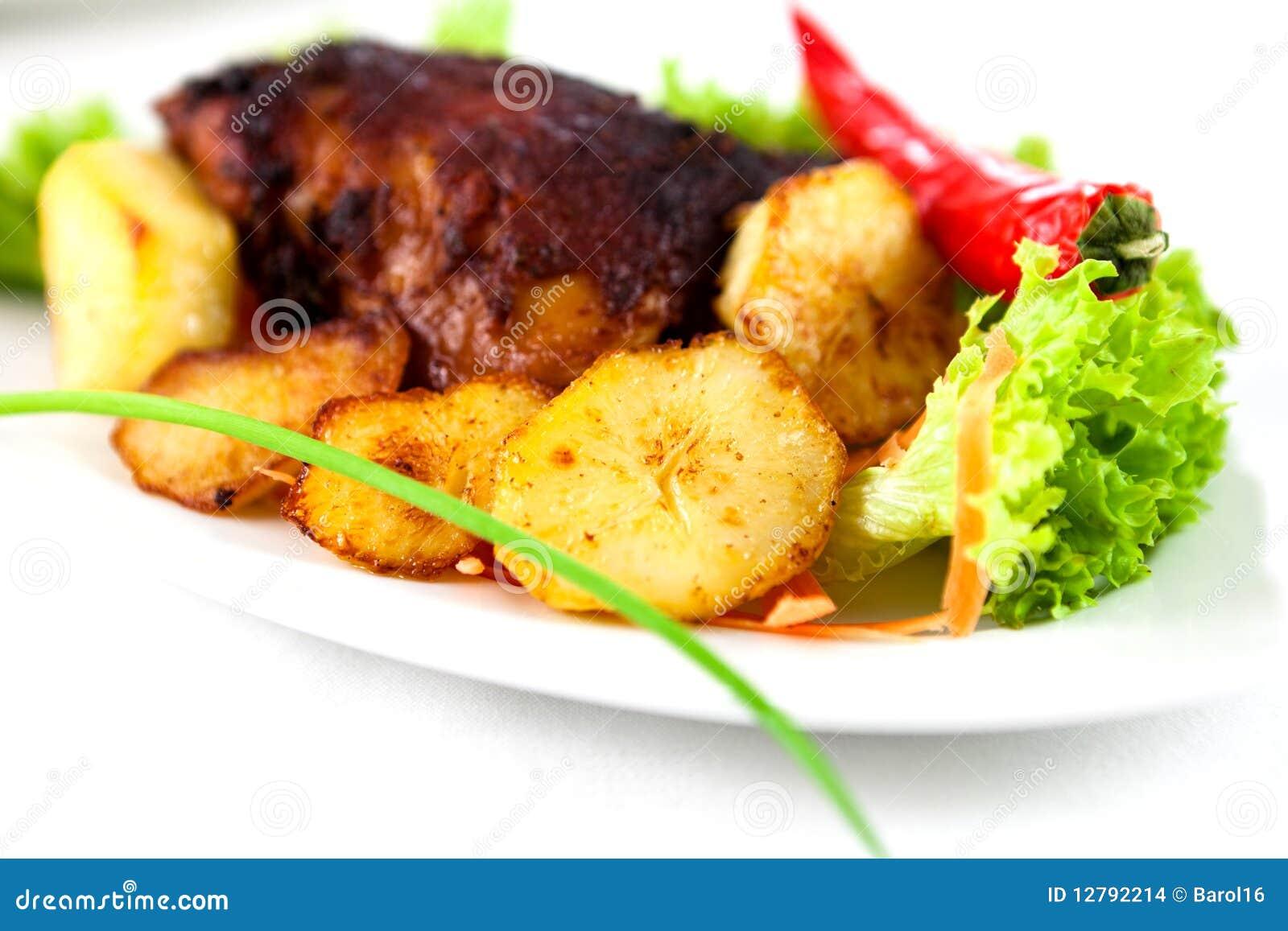 烤鸡用被烘烤的土豆