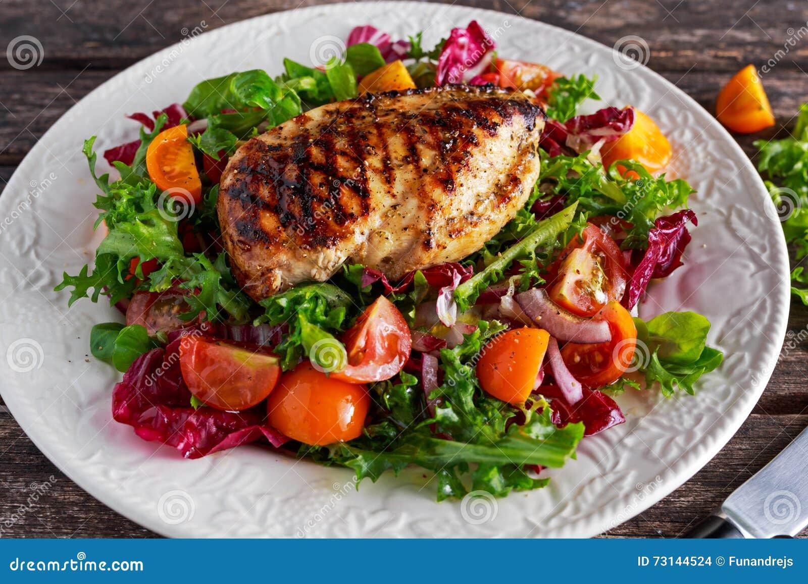 烤鸡胸脯内圆角用新鲜的蕃茄菜沙拉 概念健康食物