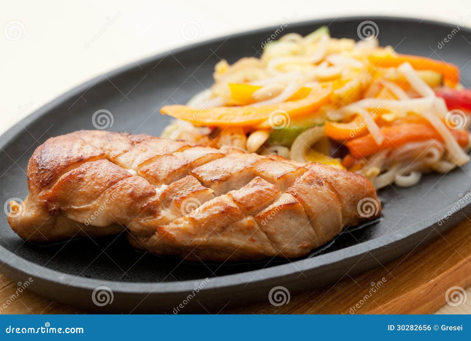 烤鸡胸脯和面条