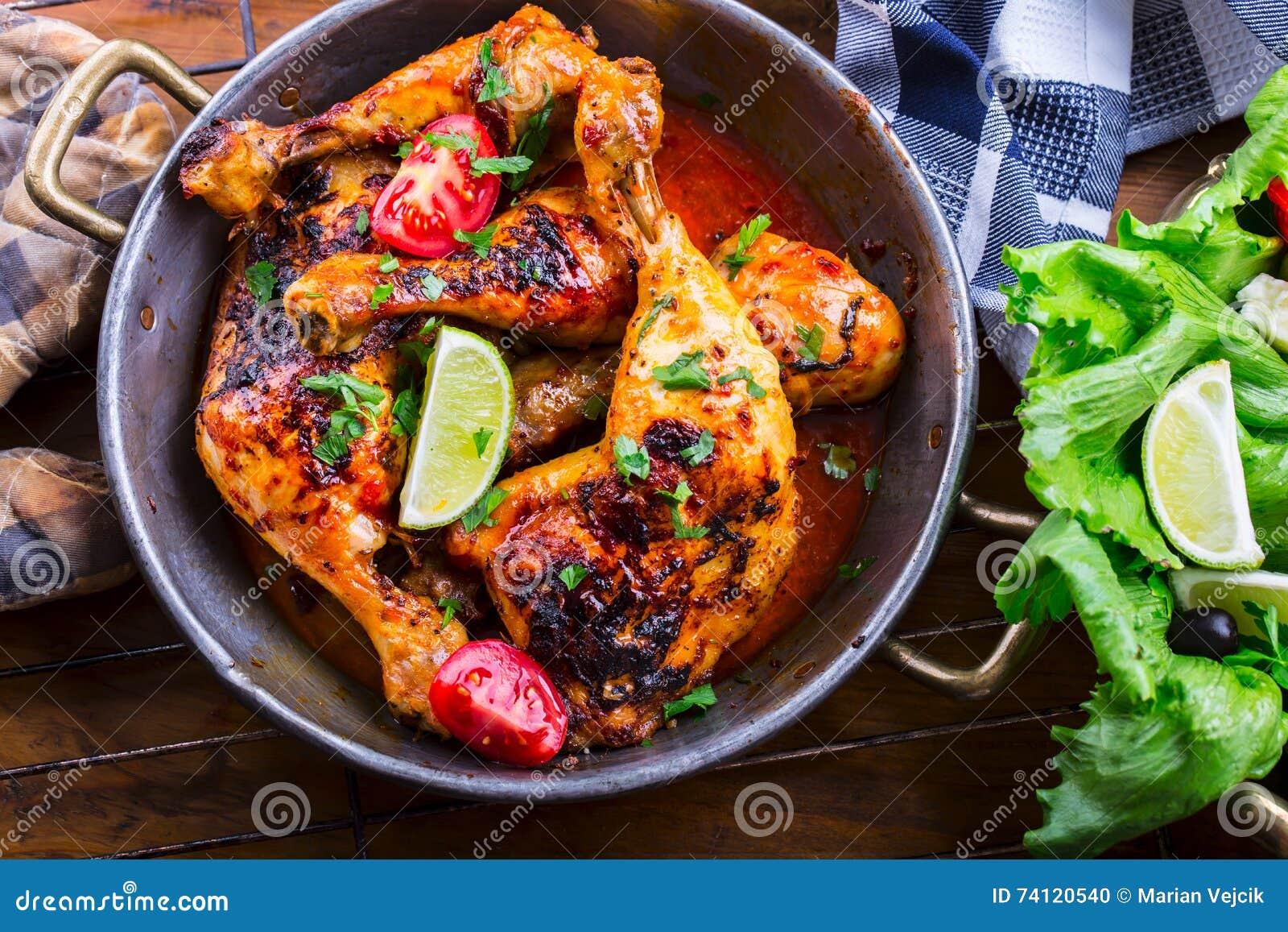 烤鸡腿、莴苣和西红柿limet橄榄 传统的烹调 地中海烹调
