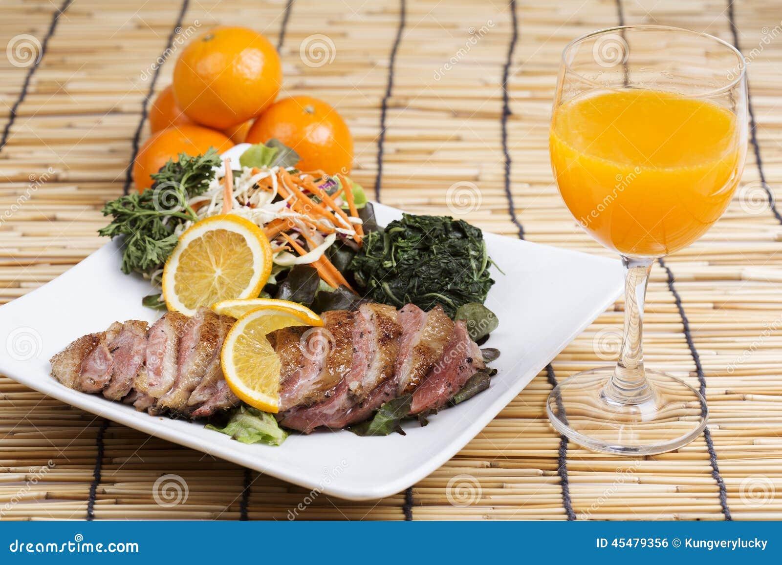 烤鸭乳房用橙色调味汁