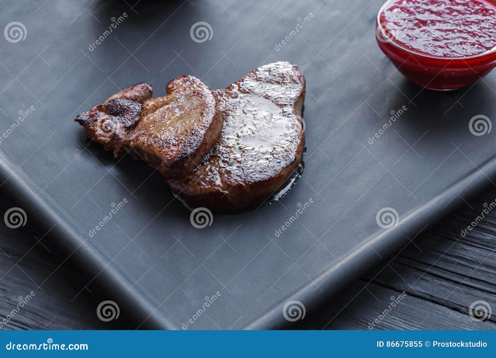 烤鹅肝fois gras用调味汁,餐馆食物