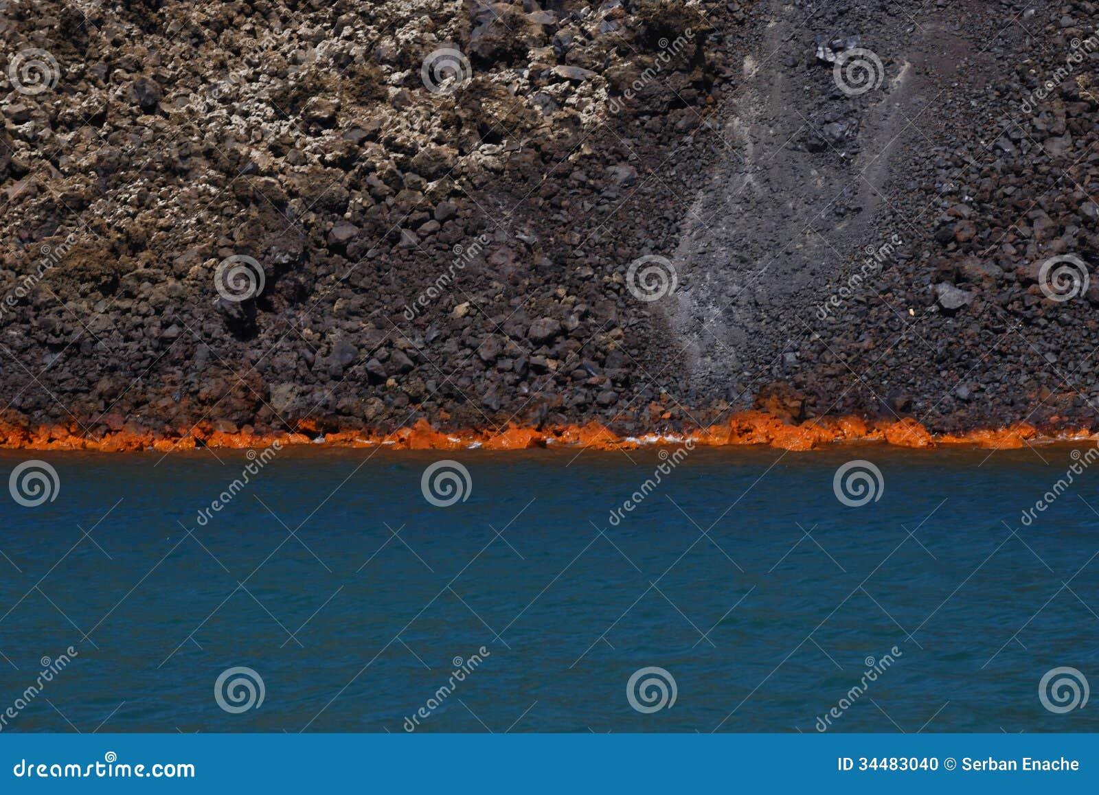 烧在海的火山的熔岩