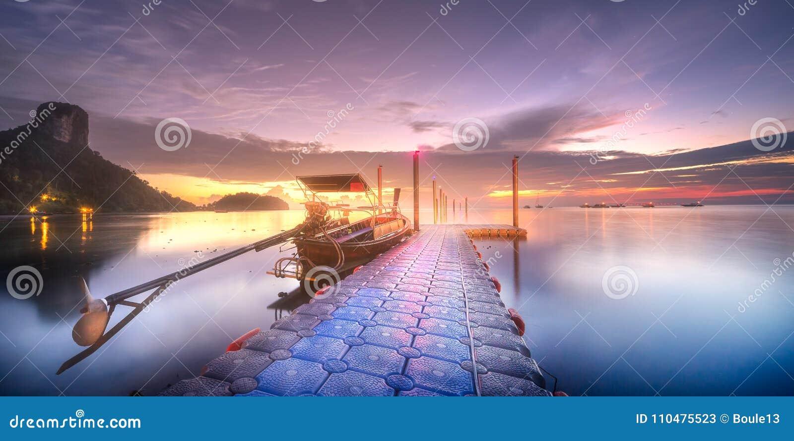热带平静的岸和码头在黎明光芒