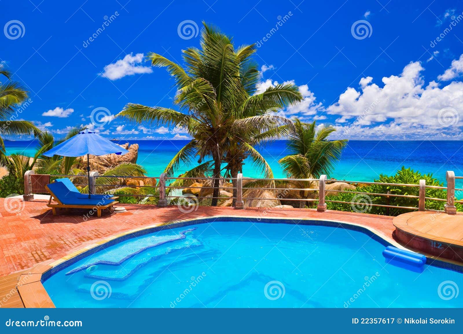 热带海滩的池