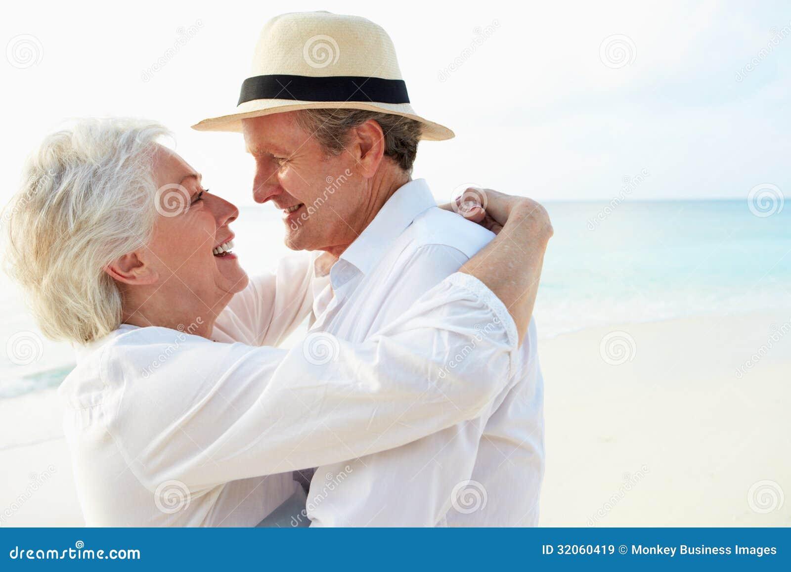 热带海滩假日的富感情的资深夫妇