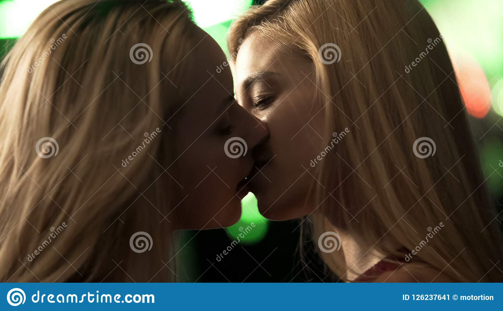 热情地亲吻在夜总会,被喝的女孩的性感的女同性恋的女性做
