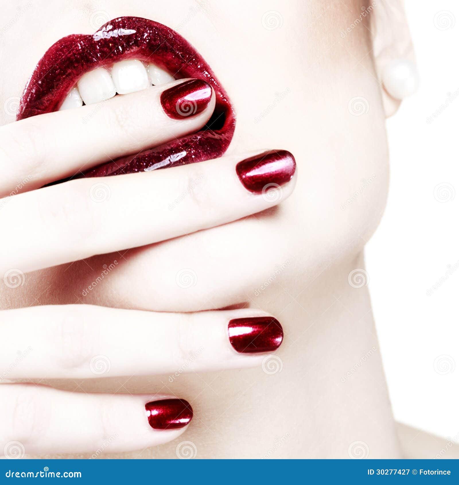热情的红色发光的嘴唇