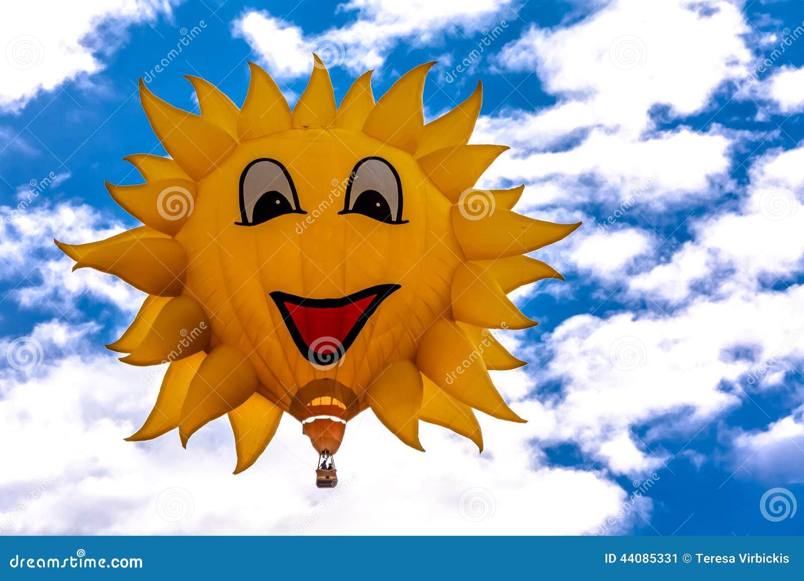 太阳塑造了漂浮反对与白色松的云彩的明亮的蓝色夏天天空的热空气气球图片