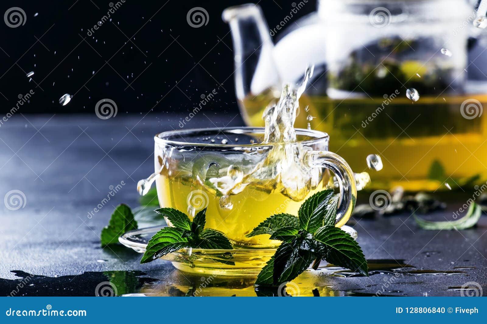 热的中国绿茶用薄菏,当飞溅倾吐从ke