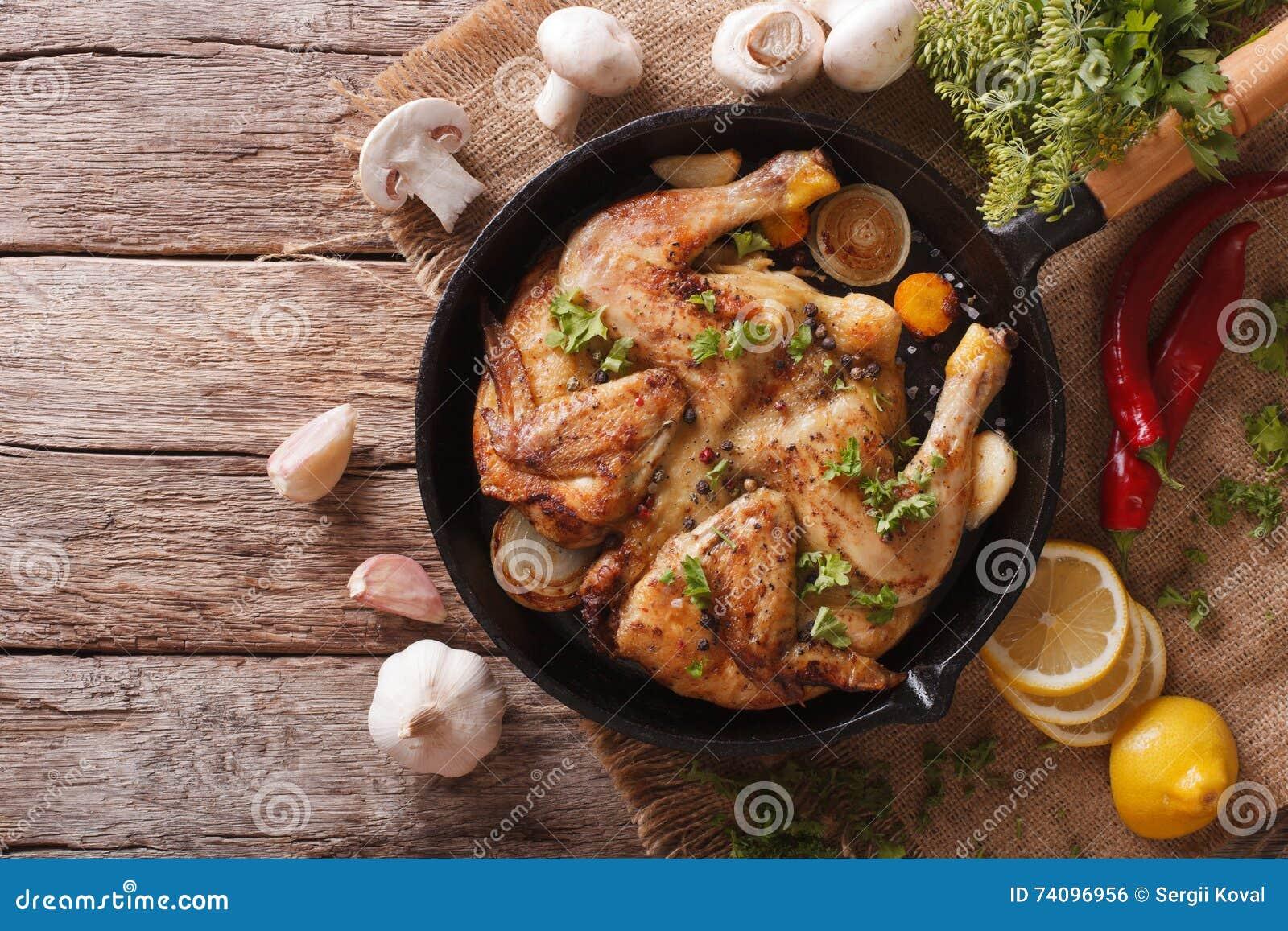 热的炸鸡烟草用草本和大蒜在平底锅 horizo