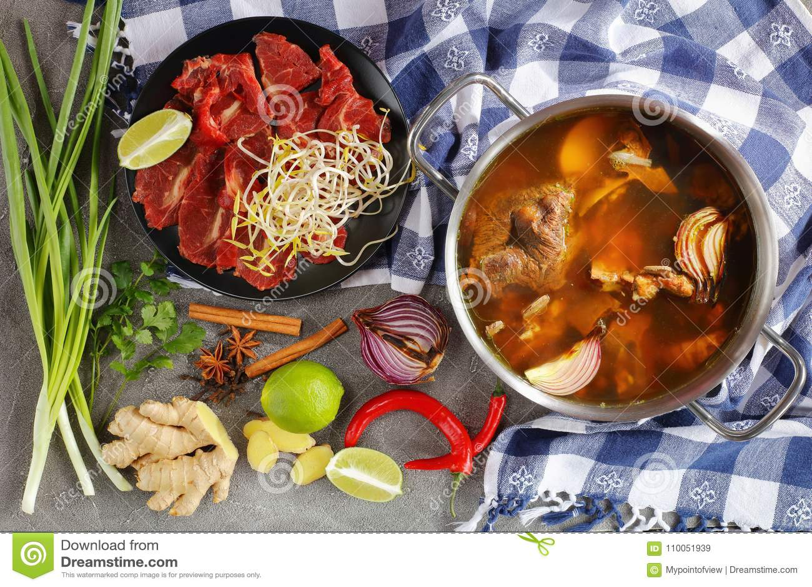 热的牛肉骨头和肉汤