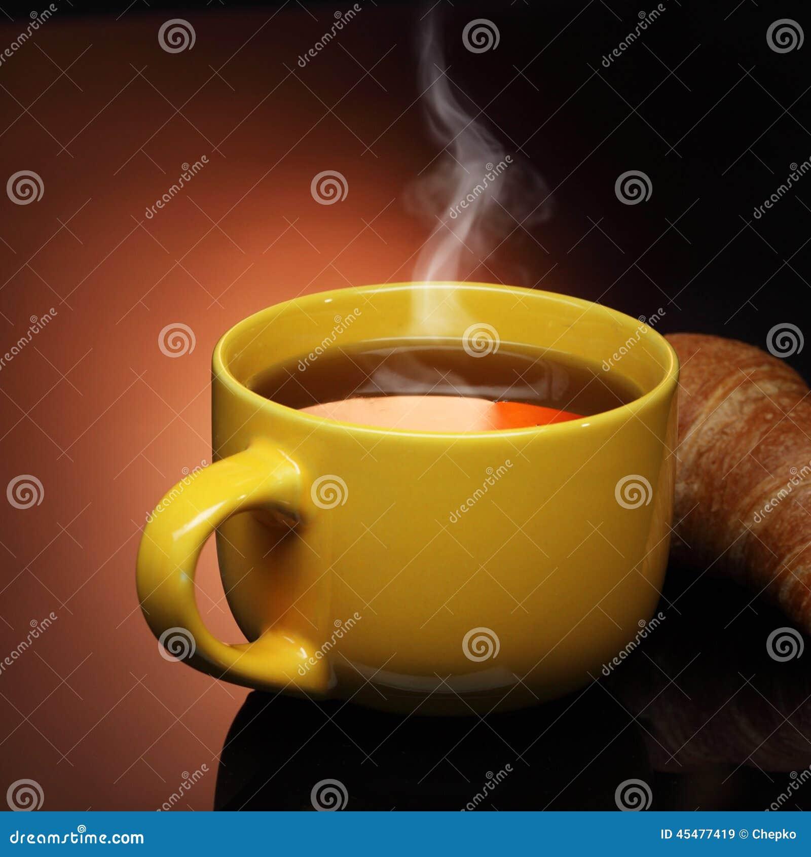 热的茶和新月形面包