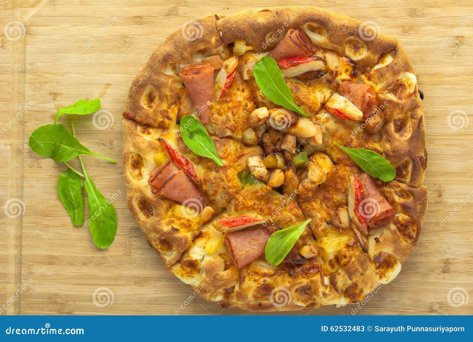 热的薄饼有菠萝、火腿和甜椒顶视图