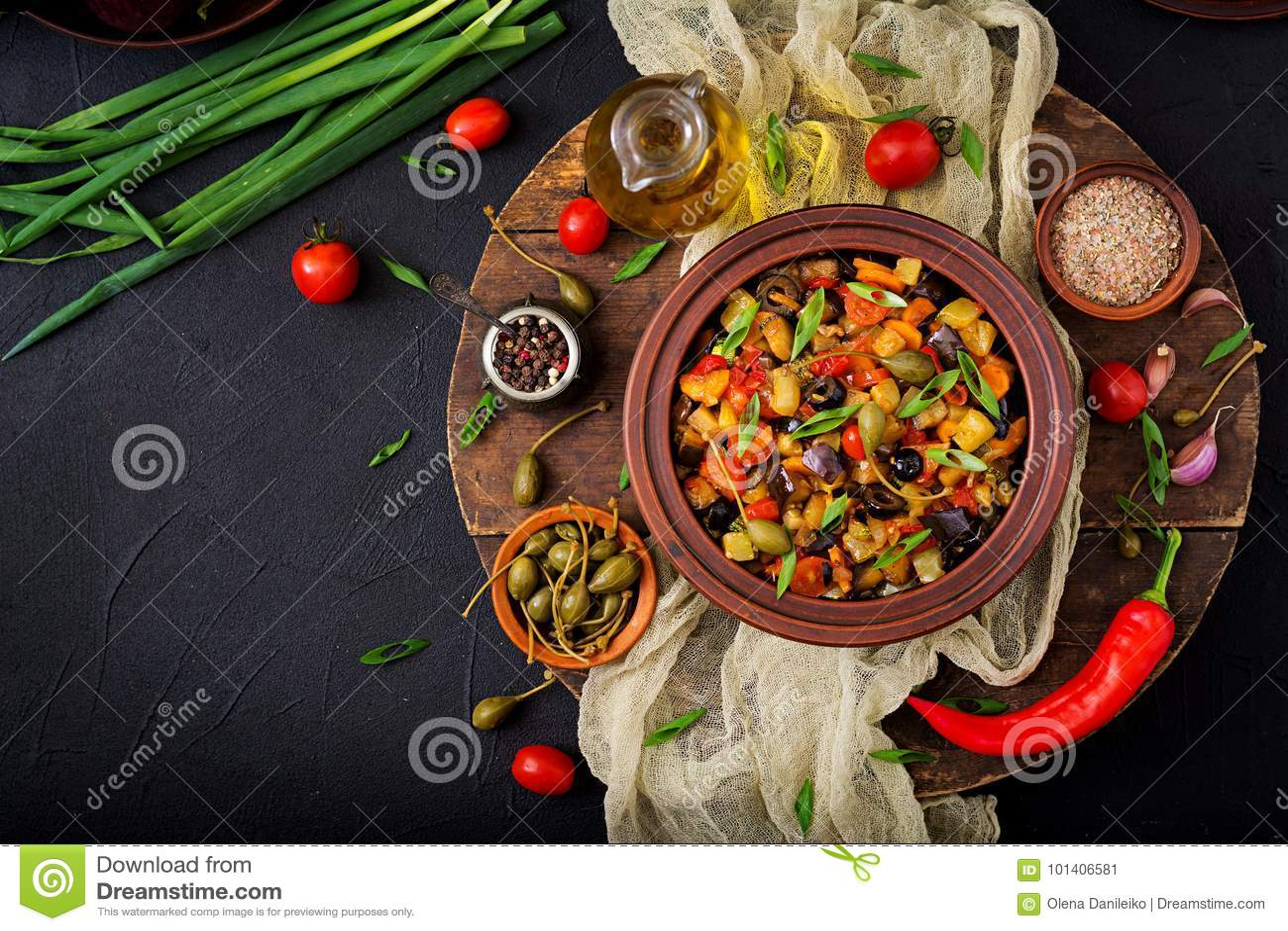 热的辣炖煮的食物caponata茄子、夏南瓜、甜椒、蕃茄、红萝卜、葱、橄榄和雀跃