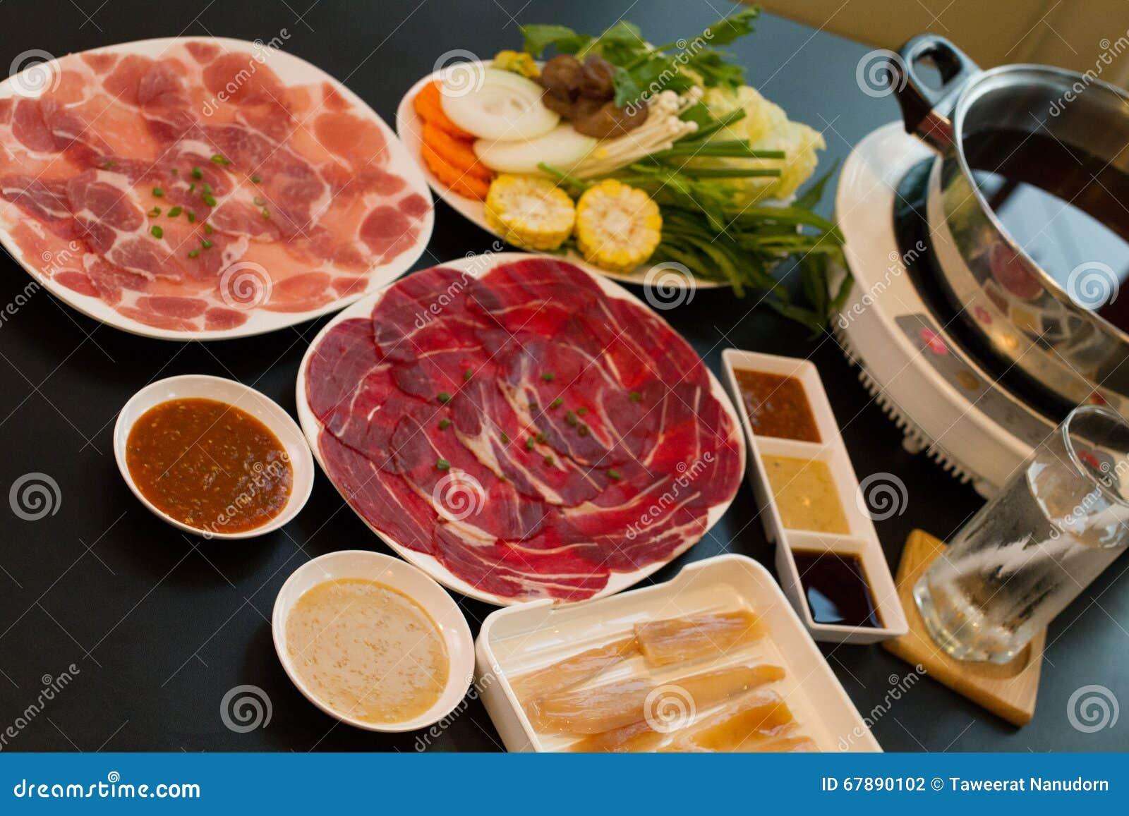 热的shabu的新鲜食品