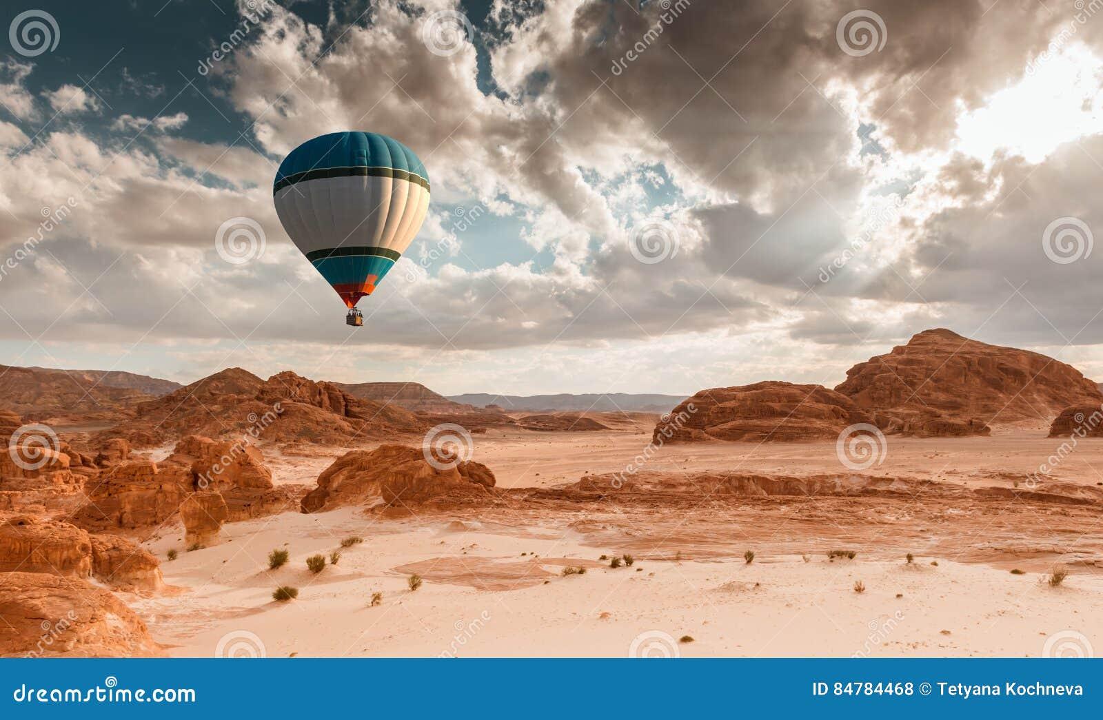 热空气在沙漠的气球旅行