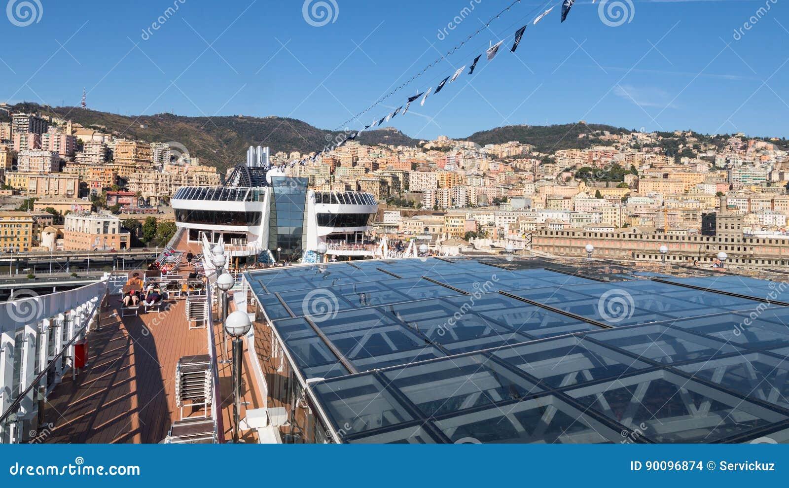 热那亚市全景从游轮露天甲板的