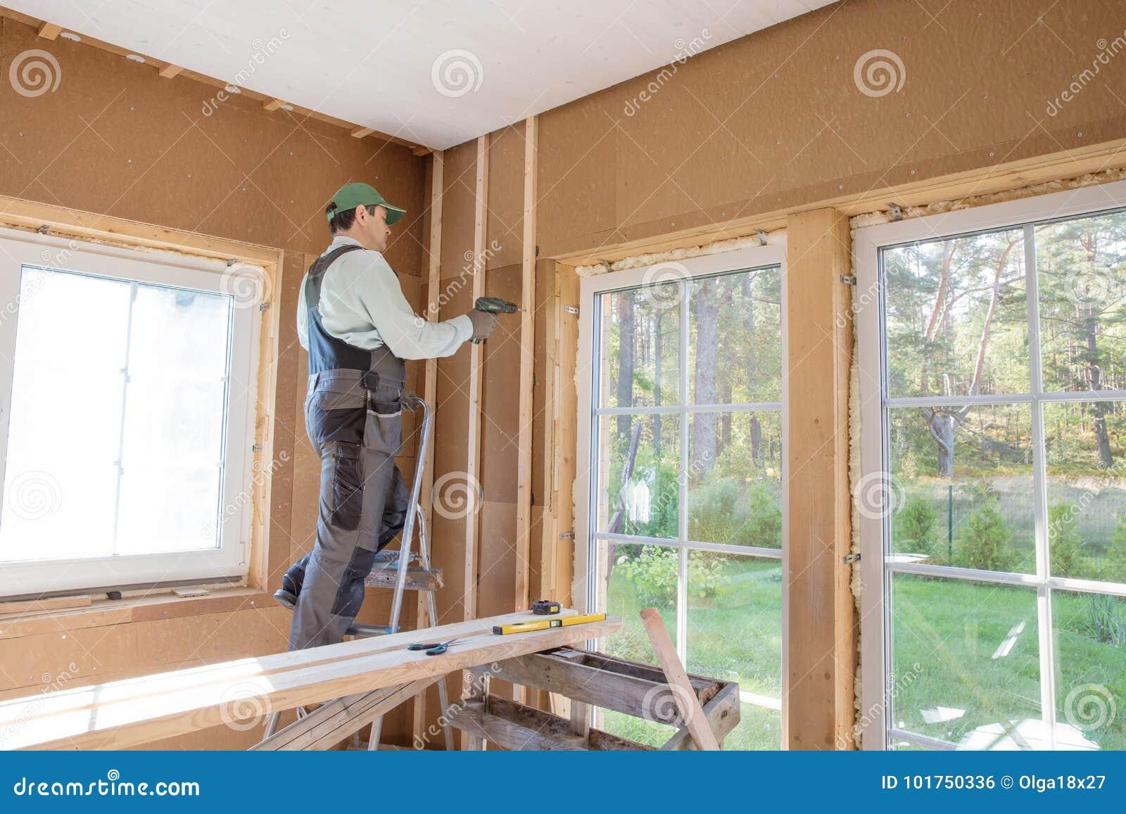 热量地绝缘eco木制框架房子的建筑工人