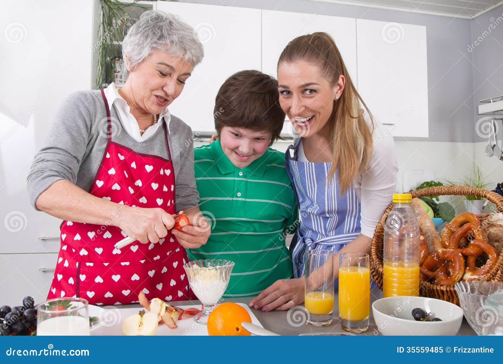 烹调与祖母一起的愉快的家庭