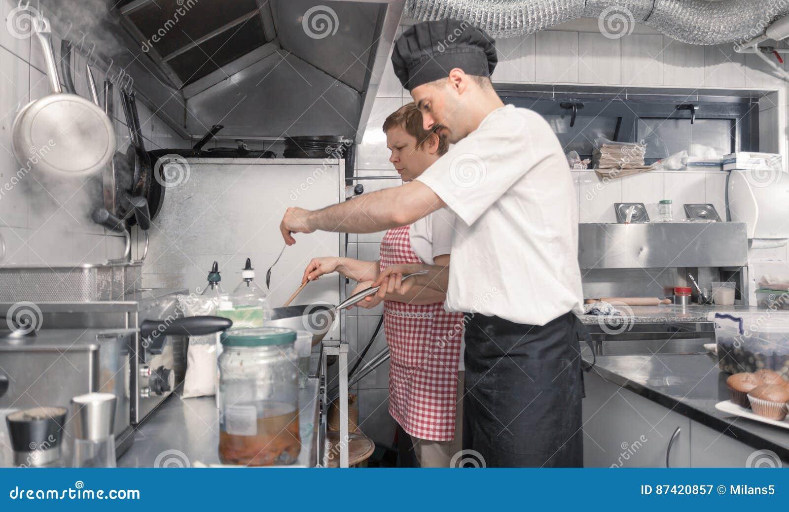 烹调两个的人,商业厨房