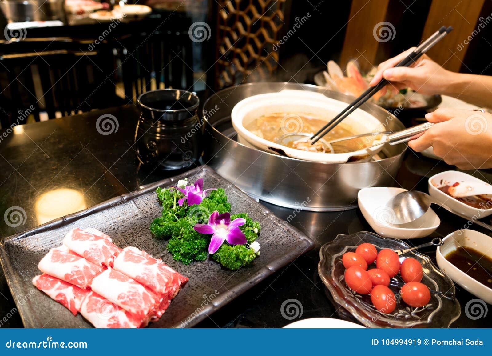 烹调中国shabu用西红柿和美味的牛肉肉