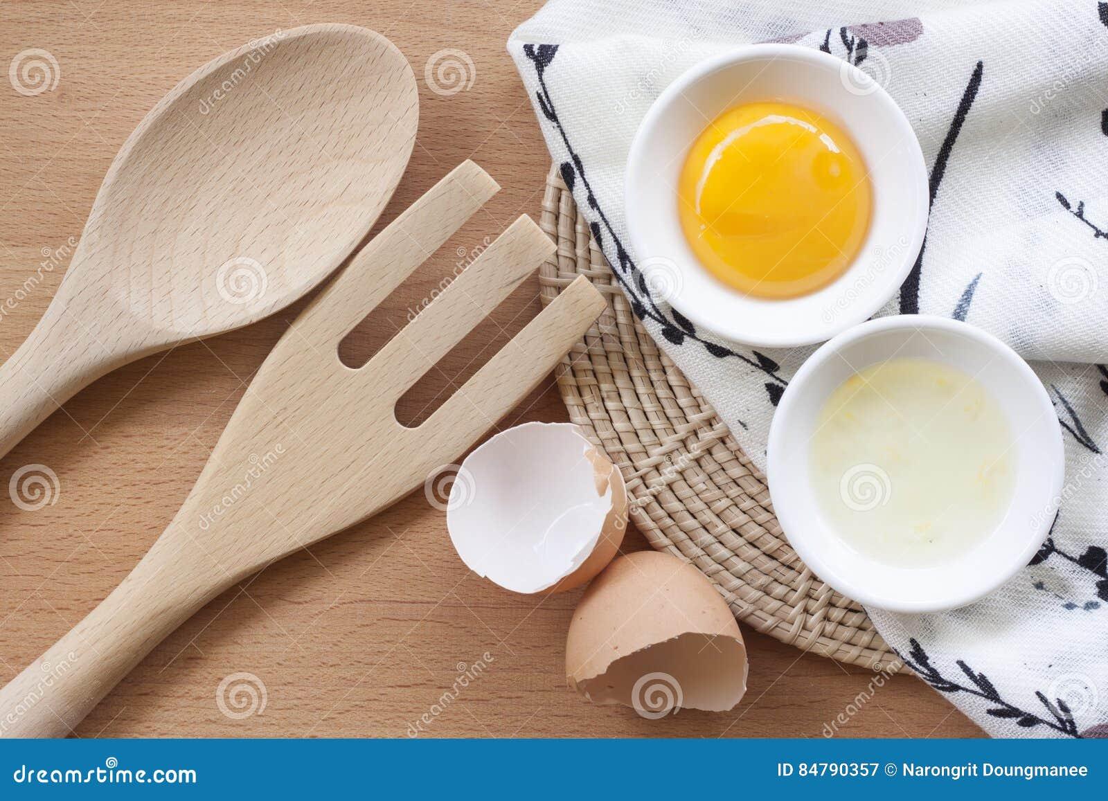 烹调为早餐、蛋白质形式卵黄质和卵蛋白的鸡蛋在白色背景,或者在一张简单的木桌上