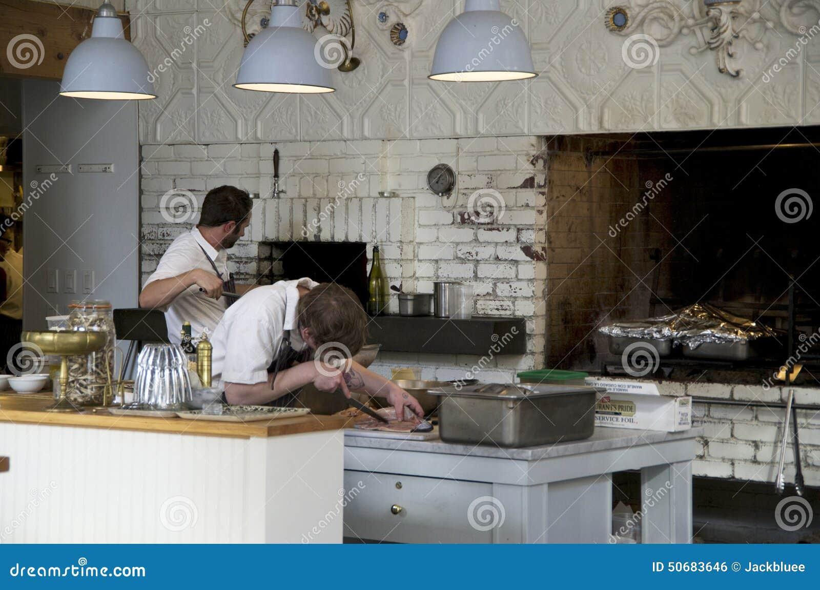 Download 烹调厨师的餐馆厨房 编辑类照片. 图片 包括有 烹调, 食物, 主厨, 照明设备, 准备, 厨房, 餐馆 - 50683646