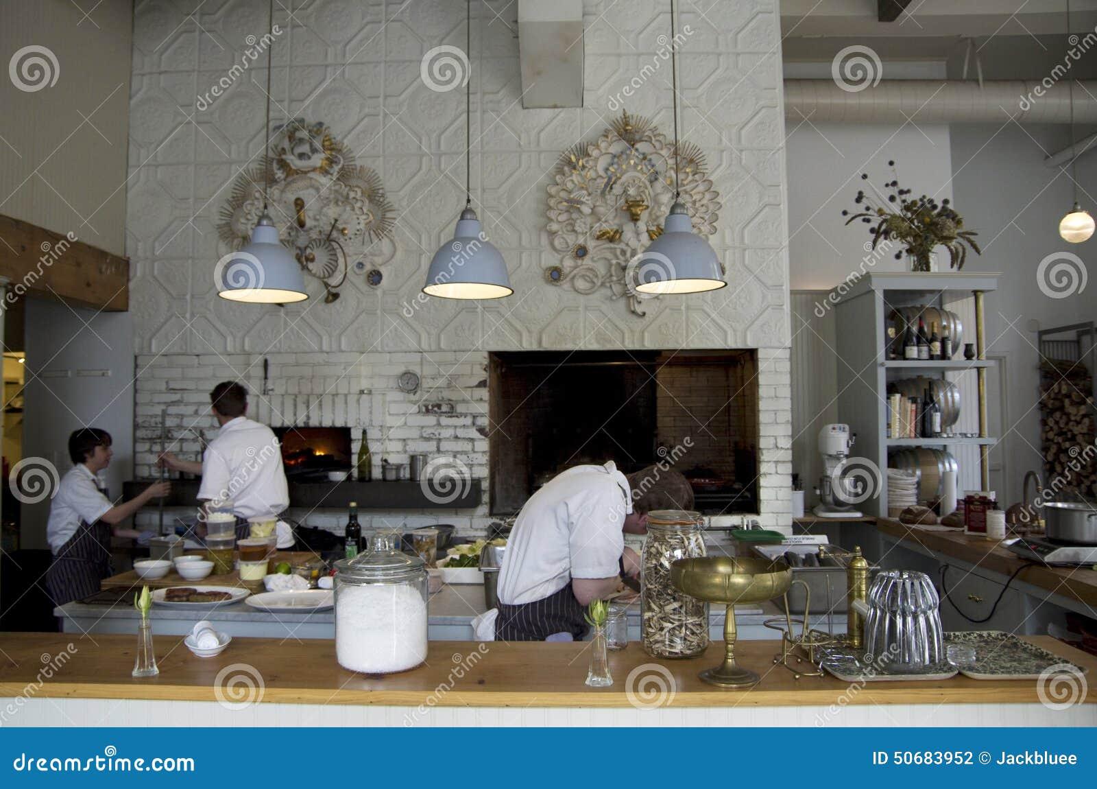 Download 烹调厨师的餐馆厨房 图库摄影片. 图片 包括有 厨房, 准备, 内部, 厨师, 用餐, 餐馆, 照明设备 - 50683952