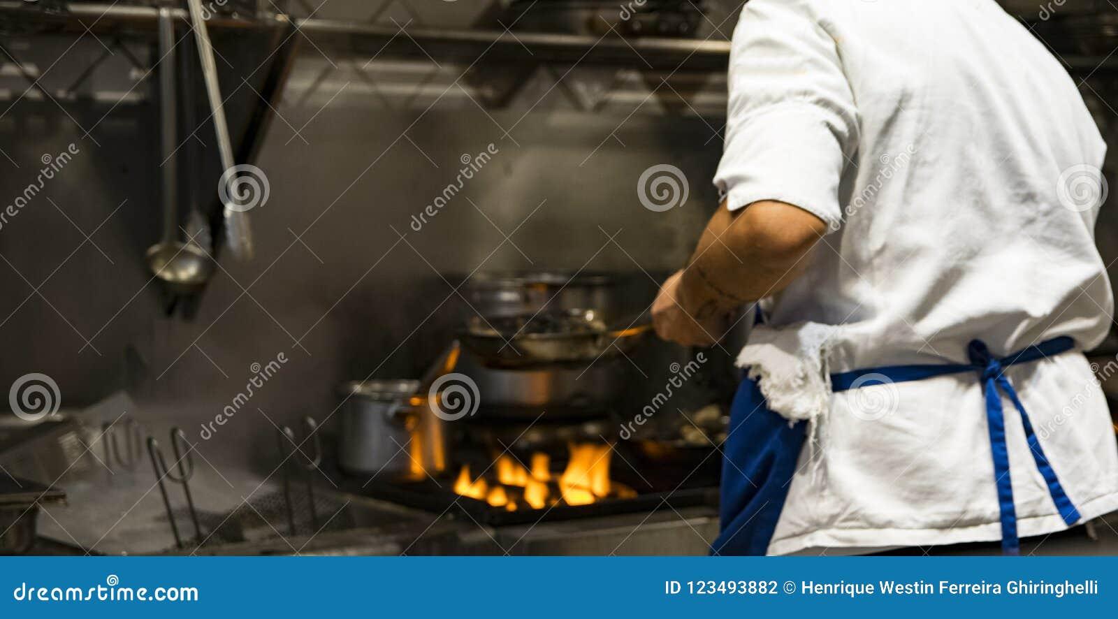 烹调可口板材的苦干者国际厨师在希腊餐馆