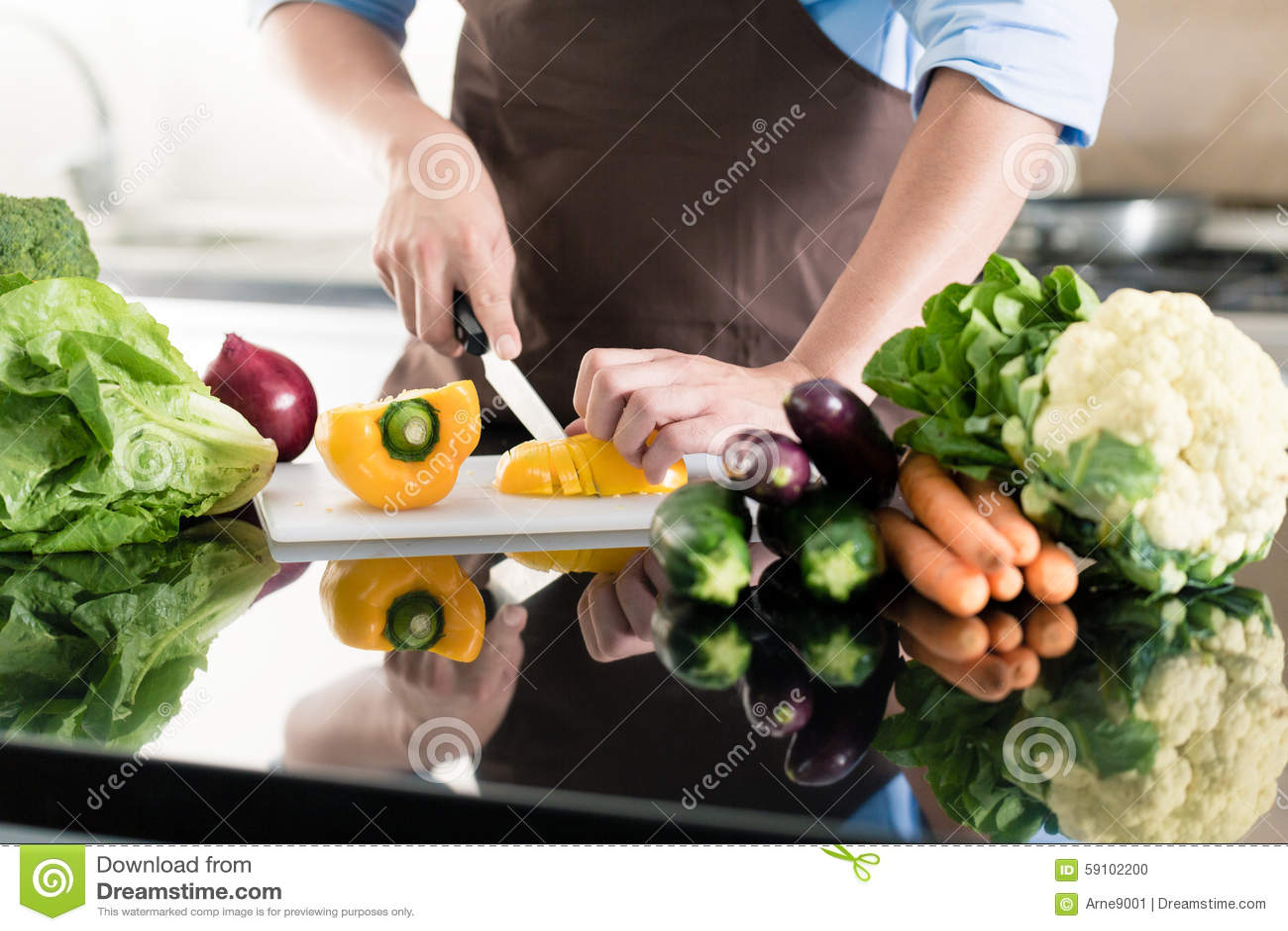 烹调和准备沙拉的人在厨房里