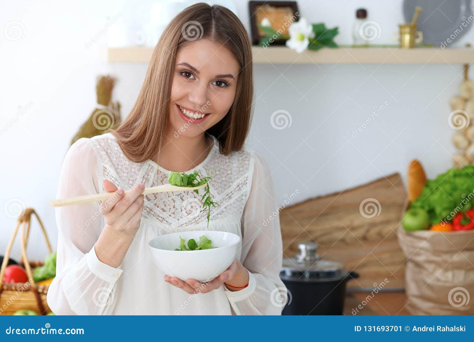 烹调在厨房里的年轻愉快的妇女 健康膳食、生活方式和烹饪概念 早晨好从新鲜开始