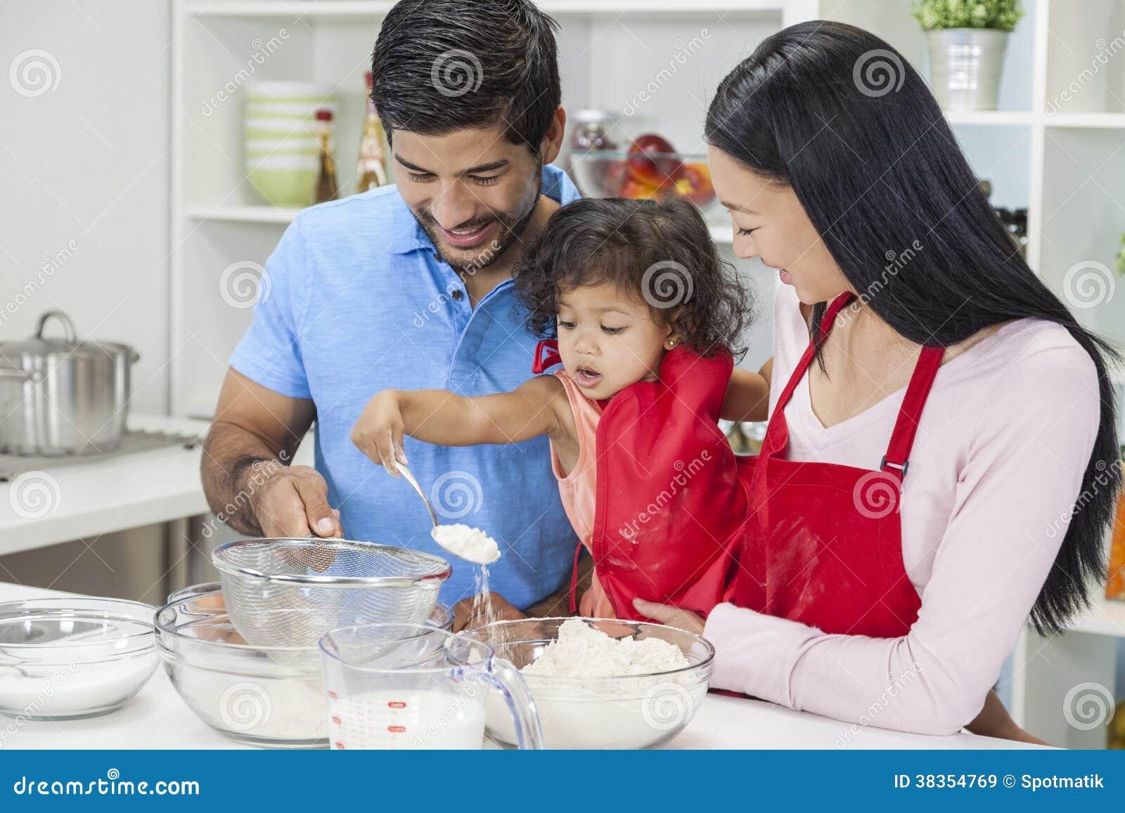烹调在家庭厨房里的亚洲中国家庭