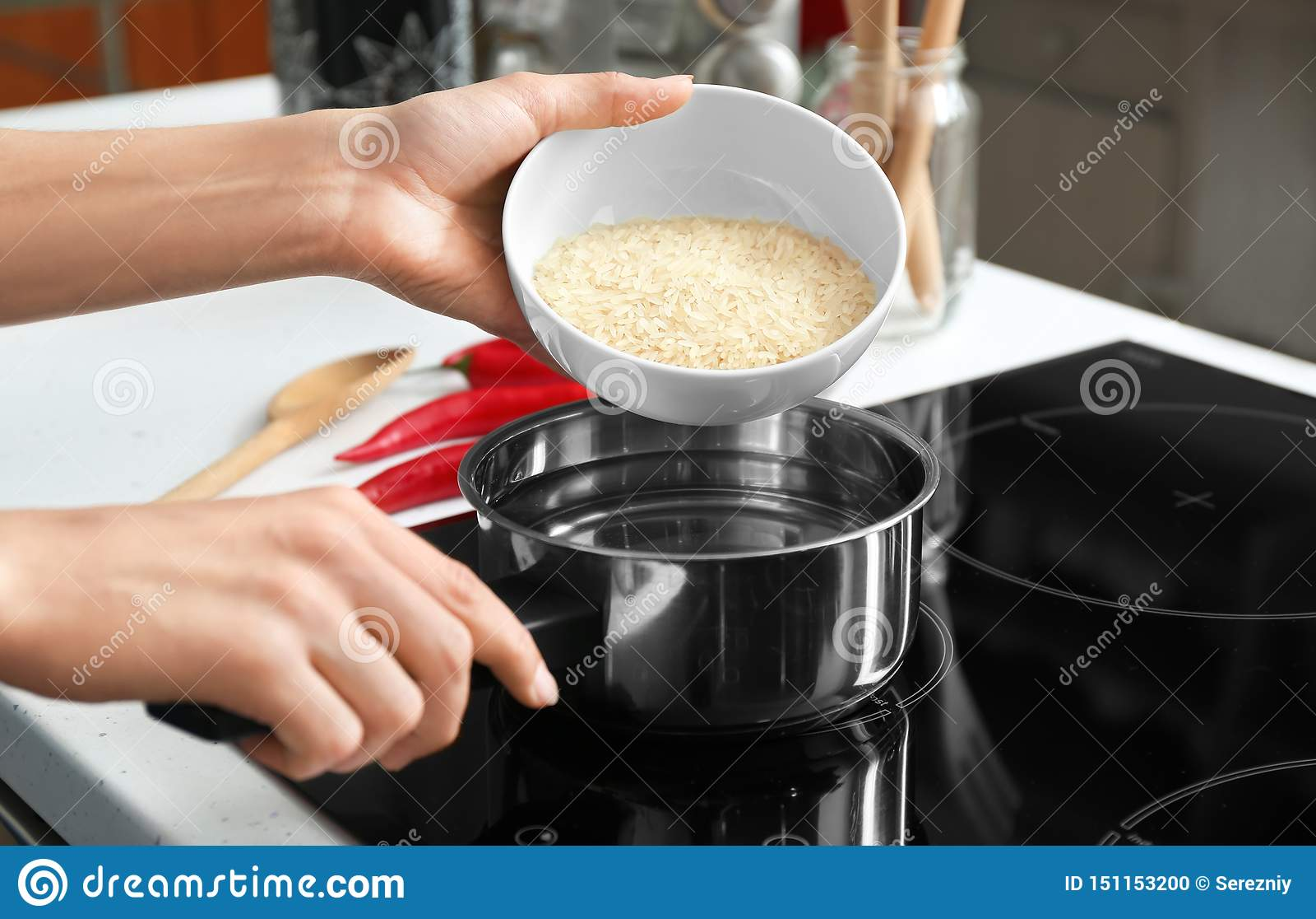 烹调在平底深锅的妇女米在火炉,特写镜头