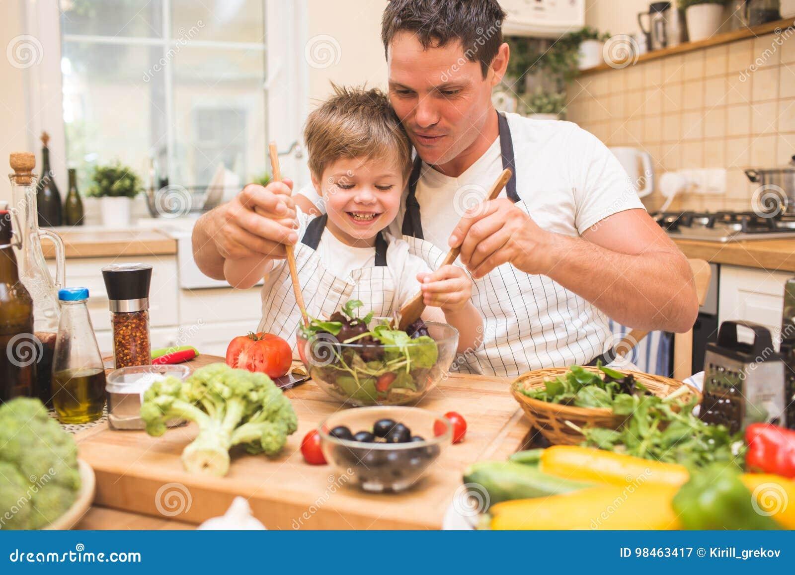 烹调在有小儿子的厨房的厨师人