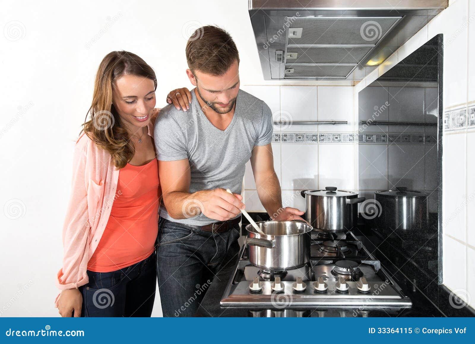 烹调在火炉的夫妇一顿膳食
