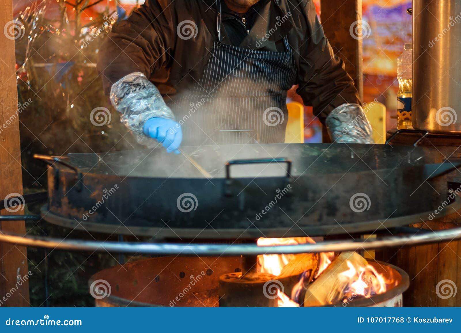 烹调在火的街道薄煎饼