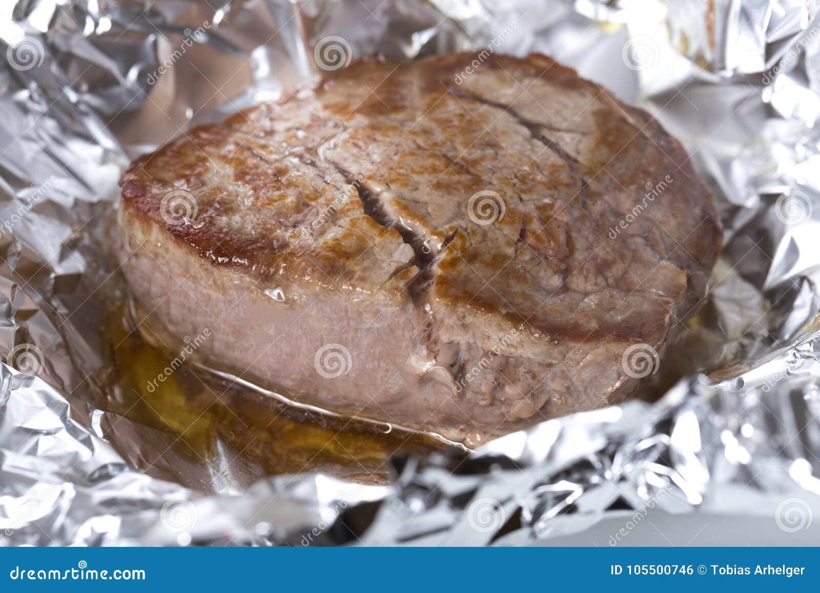 烹调在铝芯的里脊肉牛排