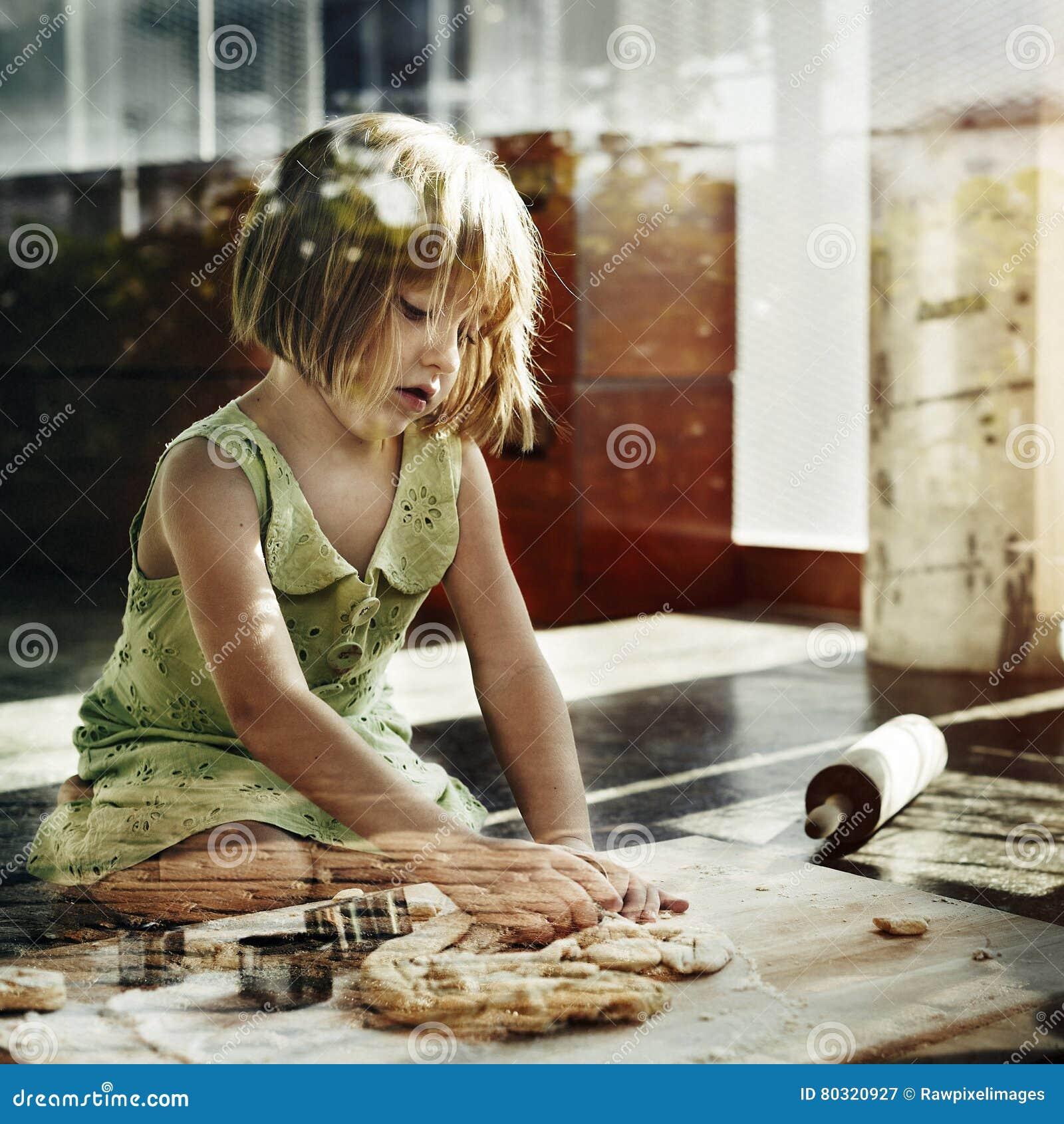 烹调孩子曲奇饼烘烤烘烤概念