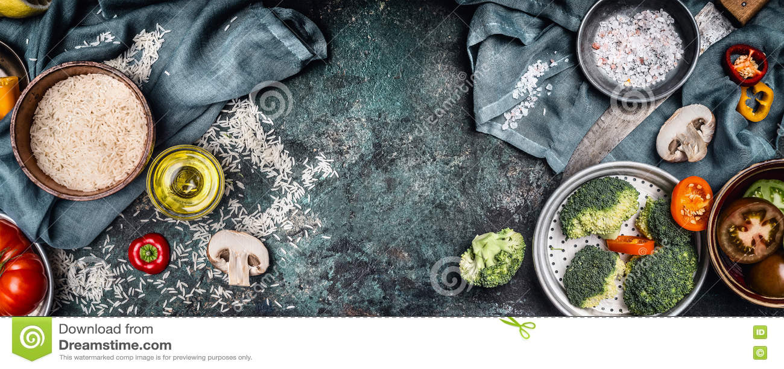 烹调成份,在土气背景,顶视图,横幅的准备的米和菜 食物健康素食主义者