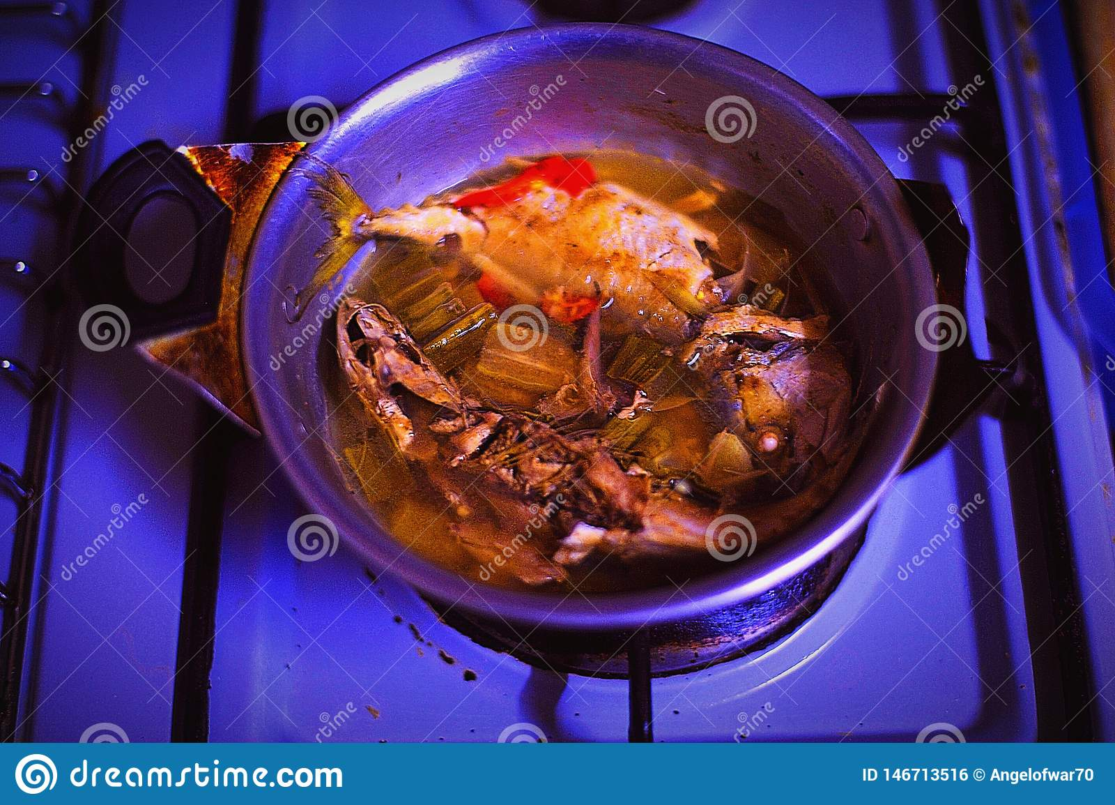 烹调晚餐的蒸汽鱼
