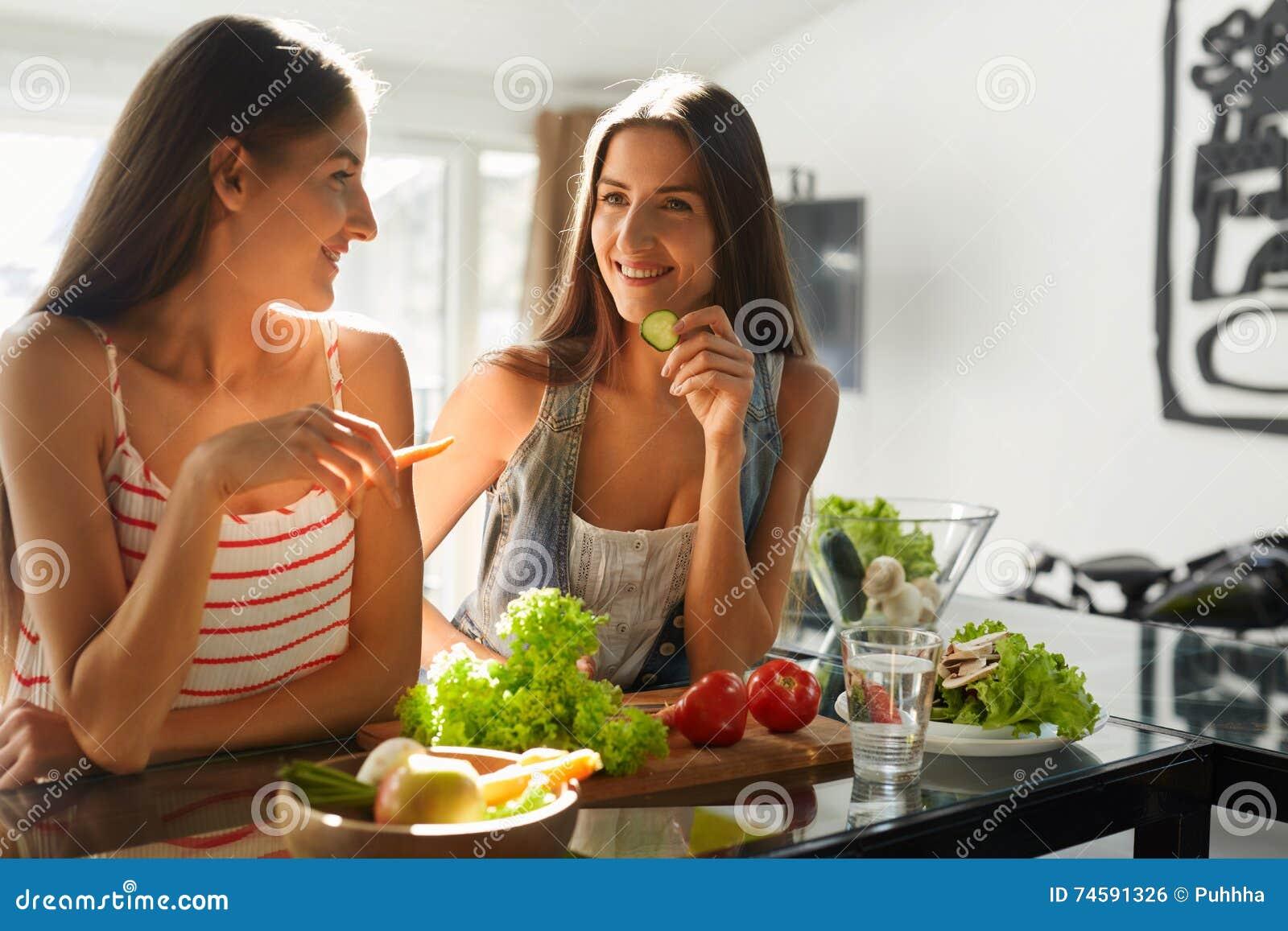 烹调沙拉的健康吃的妇女在厨房里 健身饮食食物