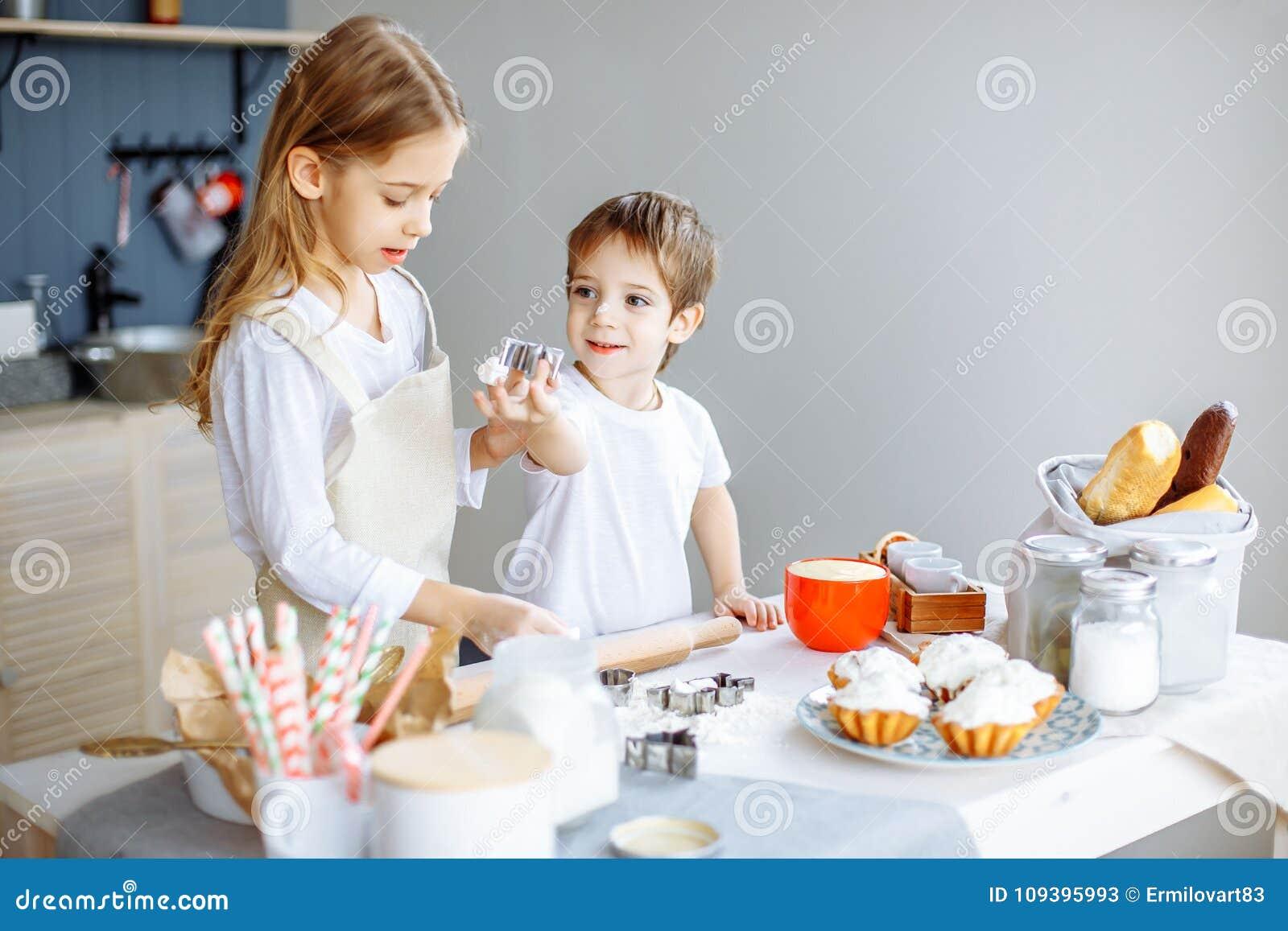 烹调烘烤曲奇饼厨房概念的孩子