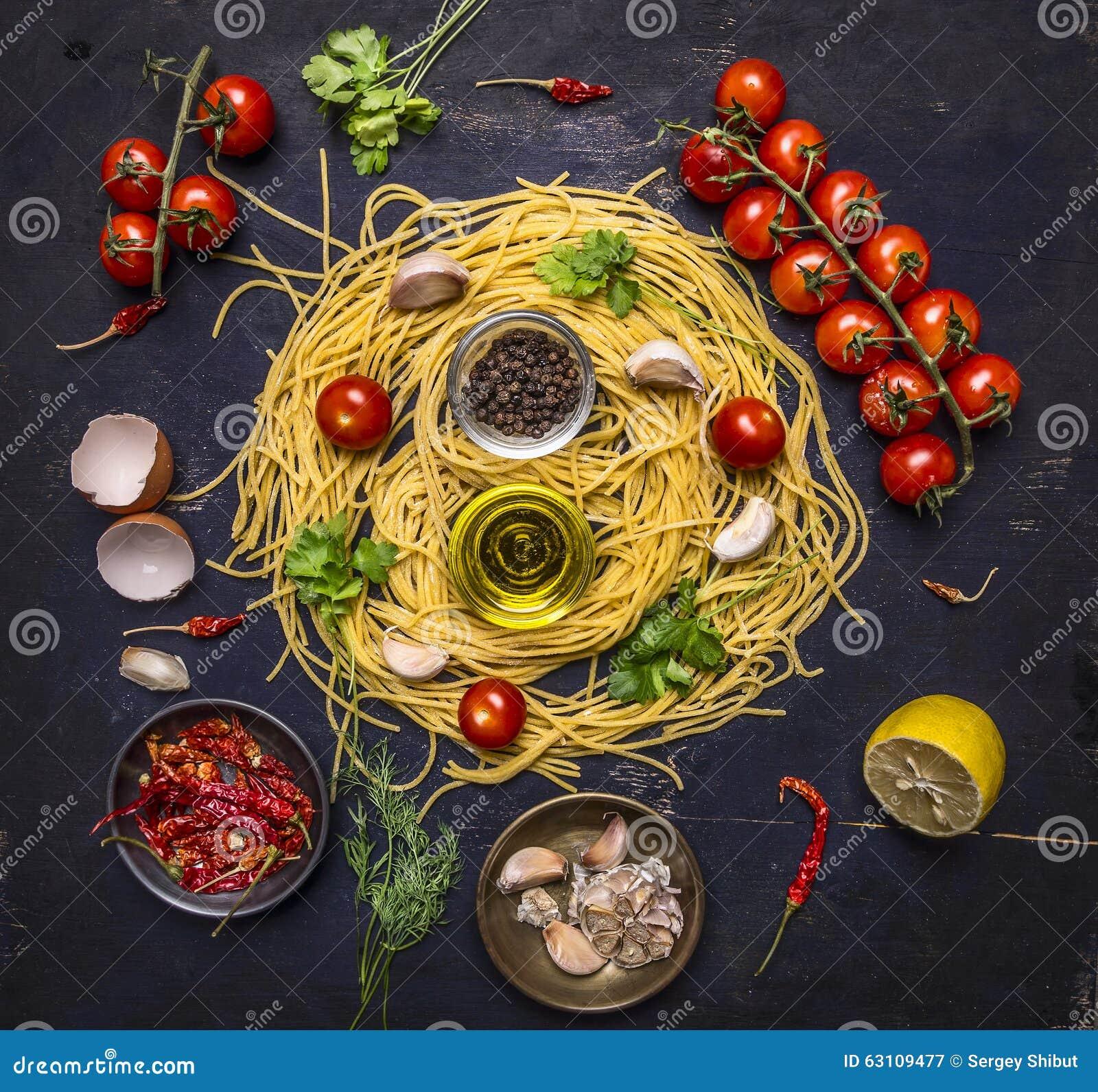 烹调的面团成份用在分支、油、大蒜和胡椒,在木土气背景顶视图关闭的鸡蛋的蕃茄