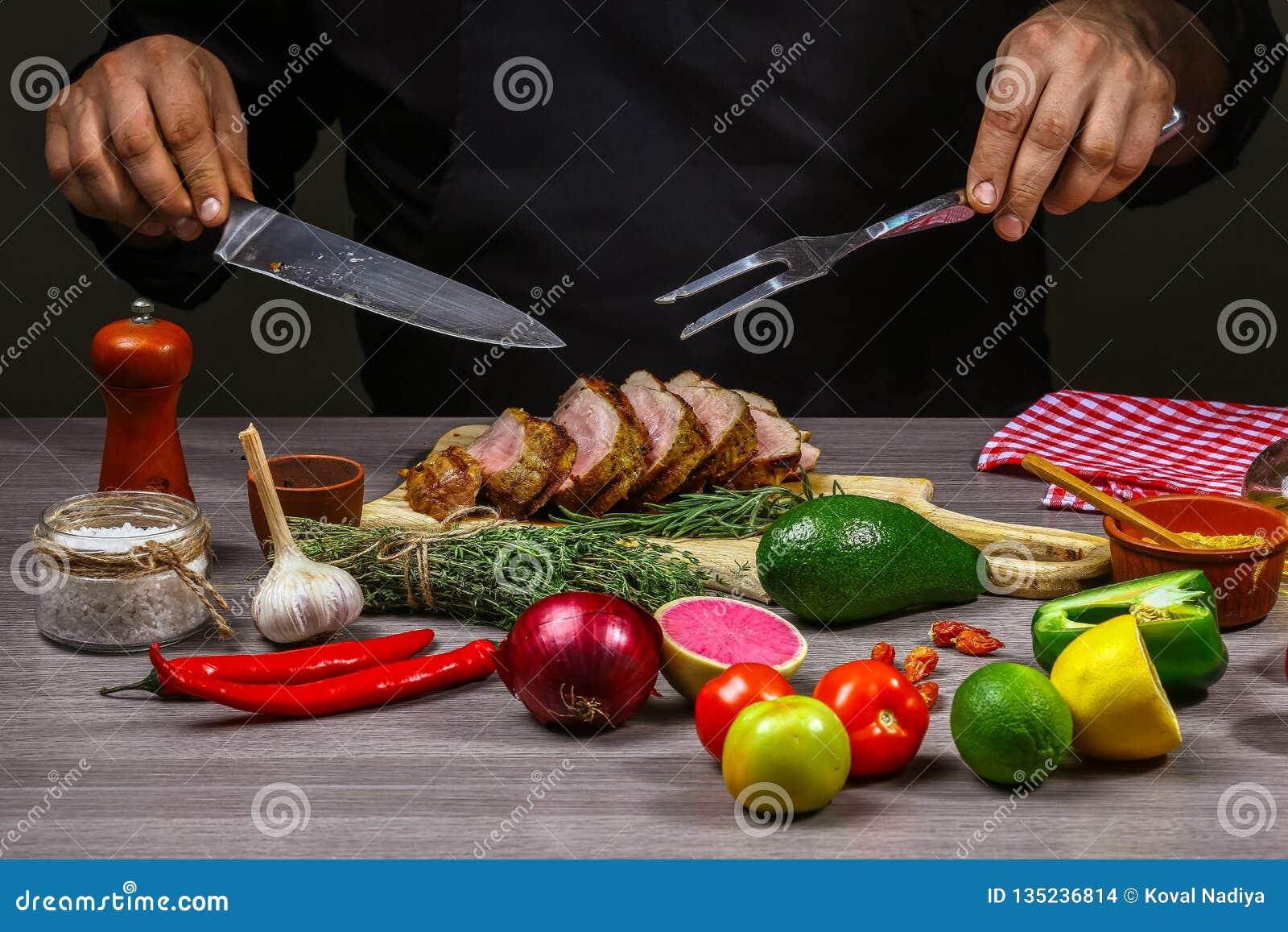 烹调肉牛排、菜和香料用由厨师手的厨师手在木背景 食物食谱概念