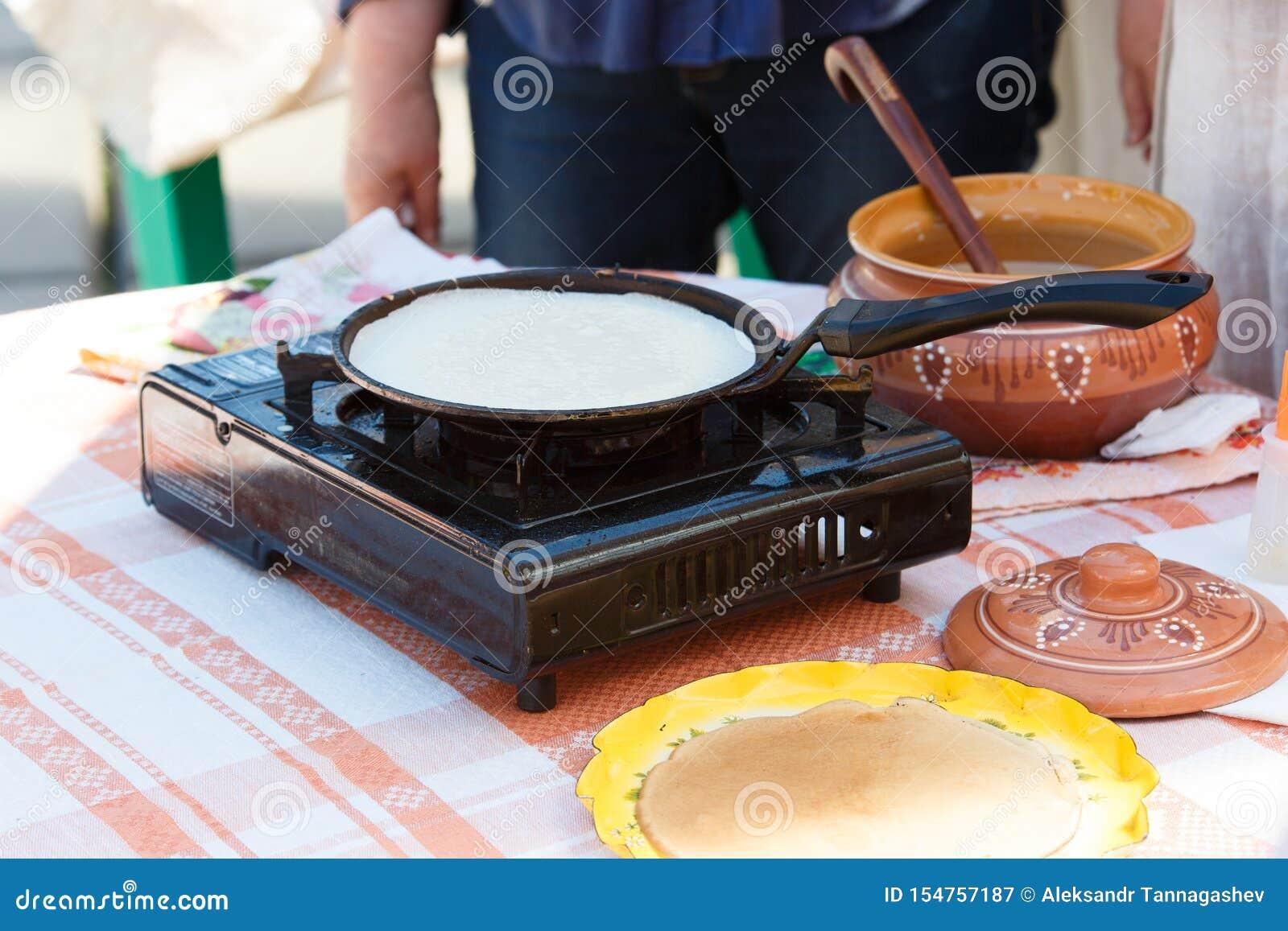 烹调薄煎饼 油煎在一个平底锅的薄煎饼在煤气炉 俄国薄煎饼