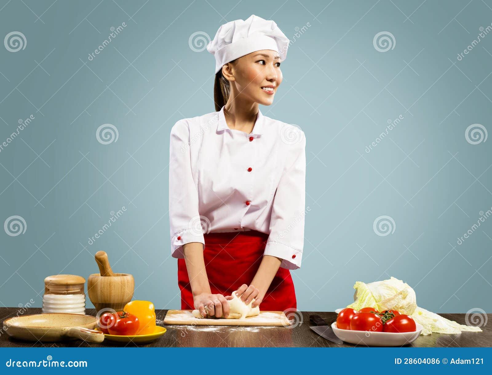烹调薄饼面团的亚裔女性主厨
