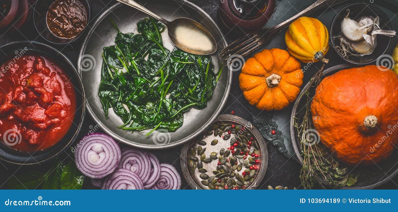 烹调鲜美南瓜的健康素食主义者成份断送在碗的食谱:西红柿酱,菠菜,切了葱,南瓜s