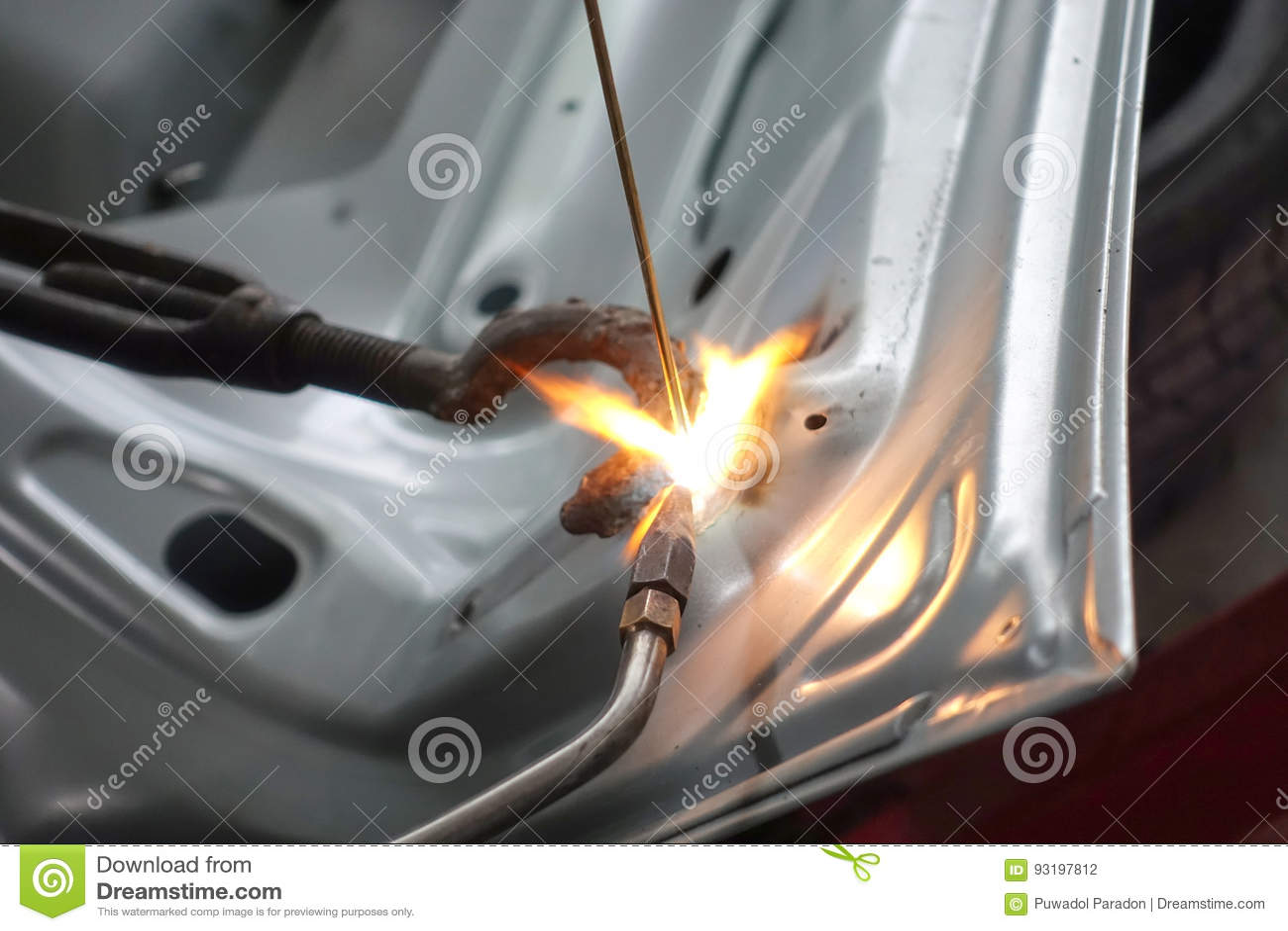 焊接的自动身体特写镜头与气体火炬